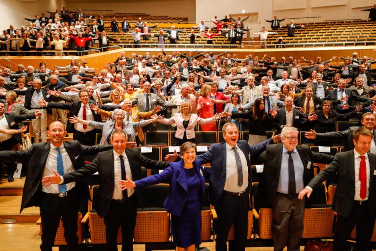 """Die Besucher*innen des 11. Wissenschaftstag 2017 in Bamberg nehmen die Kampagnen-Geste der Mitmachkampagne """"Platz für ..."""" der Europäischen Metropolregion Nürnberg ein"""
